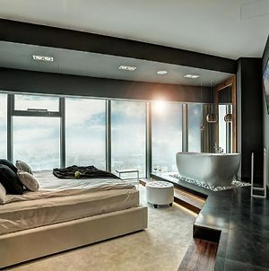 Bathtub View Luxury Apartments In Sky Tower photos Exterior