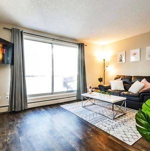 Modern And Cozy Dt Condo, 5 Min To Ice District, U Of A And River Valley, Free Parking! photos Exterior