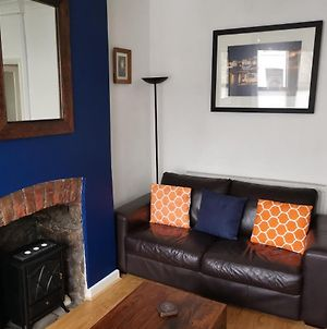 Character Bridgend Town Apartment, With Wifi. photos Exterior