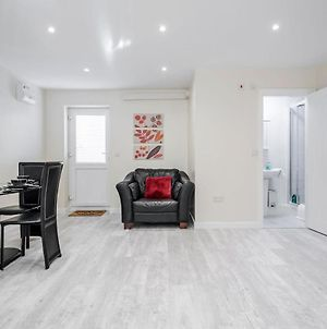 Bedford Hospital Large Contractor Serviced Apartment By Homely Spaces For Up To 4 Guests photos Exterior