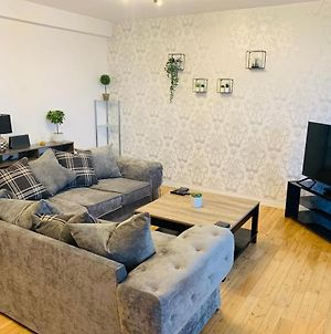 Modern 2 Bed Apartment, Close To Gla Airport & M8 photos Exterior