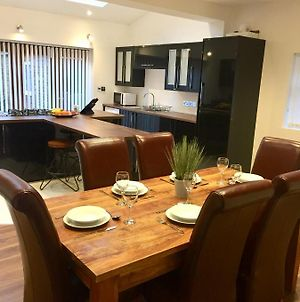 2 Bed House With Sofa Bed, Sleeps Up To 6, Large Garden, Smart Tvs And Free Parking - Contractors, Relocation, Business Travellers photos Exterior
