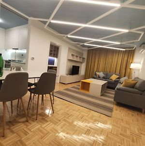 Brand New And Stylishly Furnished Apartment With Two Garages photos Exterior