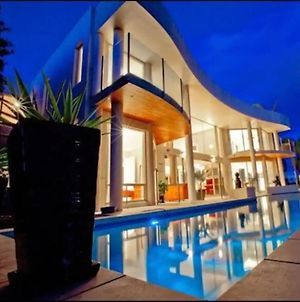 Stunning 4 Bedroom Waterfront Paradise With Pool photos Exterior