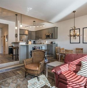 Perfect Ski-In 2/2 Escape: Renovated W/ Stunning Views & Unbeatable Location photos Exterior