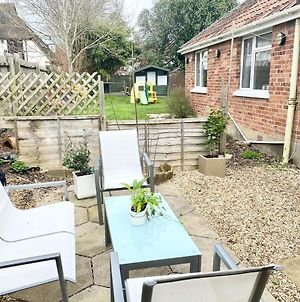 Cosy Bungalow In Ringwood Town Centre With Lots Of Parking And Large Enclosed Garden photos Exterior