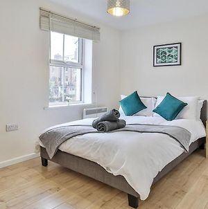 Four Bedroom Sheffield Staycation, Super Fast Wifi, Free Parking photos Exterior