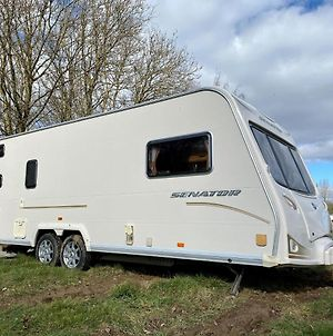 Stayzo Large Modern, Fully Equipped Caravan At Family Friendly Site - With Free Wi-Fi And Parking photos Exterior
