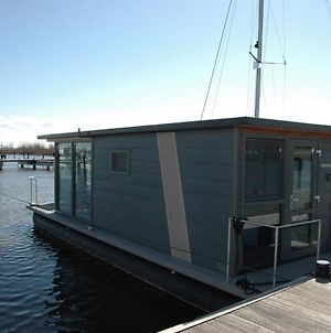 Beautiful Houseboat In The Harbour Of Volendam Near Centre photos Exterior