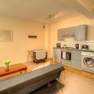 Pass The Keys Luxury 2 Bed House In Quiet Baffins Area, Sleeps 5 photos Exterior