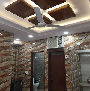 Couples Friendly Apartment In Lajpat Nagar With Private Entrance And Complete Privacy Along With Full Kitchen And Best Amenities photos Exterior