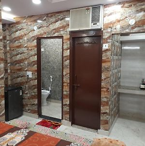 Couple Friendly Private Flat In Posh Area Of Lajpat Nagar photos Exterior