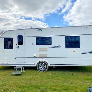 Stayzo Cosy Touring Caravan With Fixed Double Bed And Free Wi-Fi Located In The Chiltern Hills photos Exterior