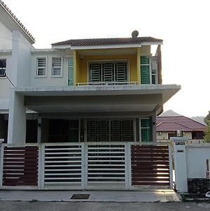Maryam Dahlia Kerteh Homestay photos Exterior