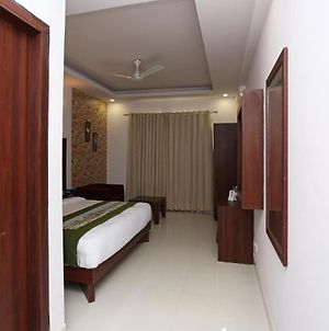 Room In Guest Room - Hotel Arch - Free Wifi Free Private Parking photos Exterior