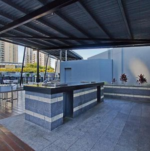 Circle On Cavill - 2 Bedroom Hinterland Apartment In The Heart Of Surfers Paradise photos Exterior