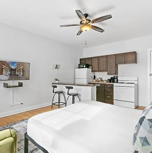 Well Located Apt, Complete Amenities, Solo/Couple photos Exterior
