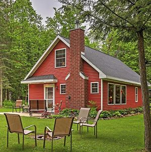 Secluded Birnamwood Cottage With Deck And River Views! photos Exterior