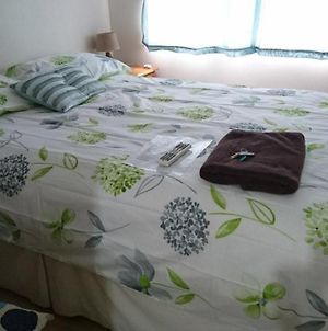 Room In Guest Room - Double With Shared Bathroom Sleeps 1-2 Located 5 Minutes From Heathrow Dsbyr photos Exterior