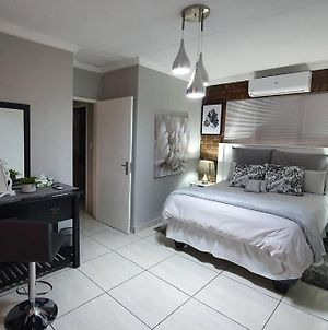 Ravenstone Cottage, 9 Km From Or Tambo, 2 Bedrooms, Aircon, Wifi, Dstv photos Exterior
