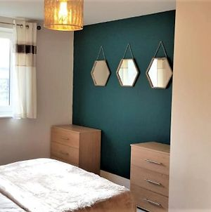 Catchpole Stays - Ipswich Marina Retreat- A Lovely 2 Bed, 2 Bathroom Apartment Overlooking The Marina photos Exterior