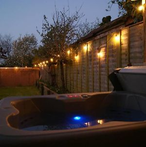 Well Equipped Large Home With Hot Tub & Log Burner photos Exterior