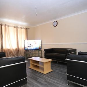 Beautiful 3 Bed House, With Free Parking, And Wifi photos Exterior