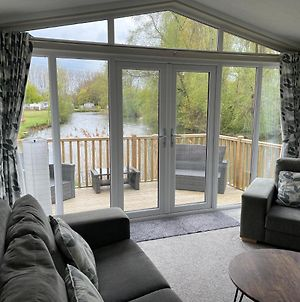 2 Bed Beautiful And Tranquil Lakeside Lodge photos Exterior