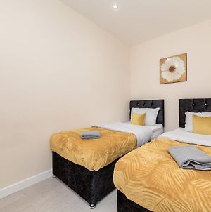 Bedford Hospital, 2-Bed Apartment, Free Wifi, Sleeps Up To 6 Guests, No Deposit photos Exterior