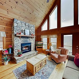 Dream Catcher Cabin In Scenic Wolf Resort, Hot Tub Home photos Exterior
