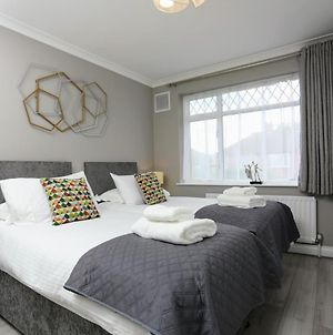 Fw Haute Apartments At Hillingdon 3 Bedrooms And 2 Bathrooms House King Or Twin Beds With Free Wifi Free Parking photos Exterior