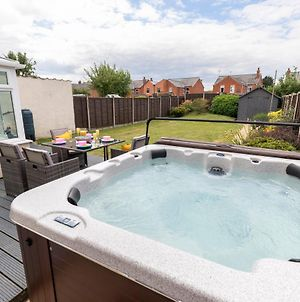 Modern Three Bedroom Home In Gloucester With Hot Tub photos Exterior