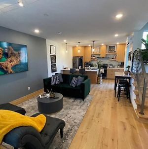 Cheerful New Modern Townhome Close To Downtown photos Exterior