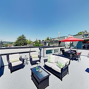 Upscale Eastlake Gem With Fireplace & Rooftop Deck Townhouse photos Exterior