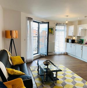 **New** Divine Apartments Slough High Street 2 Bed photos Exterior