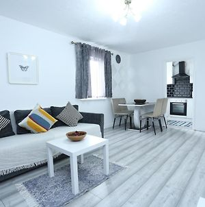 Modern 2 Bedroom Flat, With Free Parking, And Wifi photos Exterior