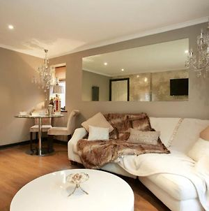 Pearl Cottage Leeds- Detached Two Bed Cottage, Large Private Gardens Inc Free Cosyspa Hot Tub photos Exterior
