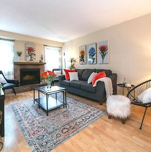 4 Bed, 2 Bath, Chic Modern Home, King Bed, Minutes From West Edmonton Mall photos Exterior