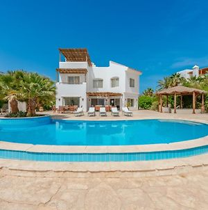 Beautiful 4 Bedroom White Villa With Heated Pool photos Exterior