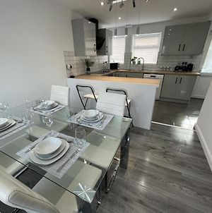 New Luxurious Modern Large 3 Bed House - Sleeps Up To 10 Guests - Sky Ultra Hd, Sky Movies, Netflix, Disney Plus photos Exterior