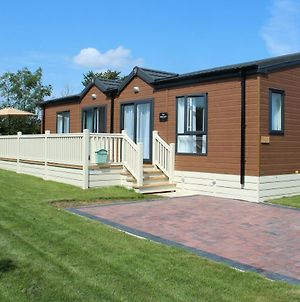 Luxurious Cabin Lodge 2 / 3 Bed, With Private Hot-Tub. Near York photos Exterior