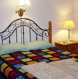 A Downtown Log Cabin Hideaway Bed And Breakfast photos Room