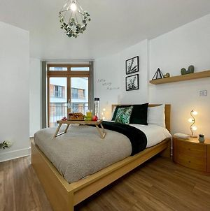 Stylish Luxe Apartment In City Center W Balcony photos Exterior