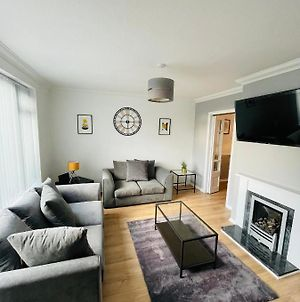Wolverhampton, Large Modern 3 Bed House, Perfect For Contractors, Business Travellers, Short Stays, Gardens, Driveway For 2 Vehicles. Close To M6, M54 photos Exterior