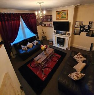 *Well Equipped Lovely & Cosy 3 Bed, Work/Leisure* + Free Parking photos Exterior