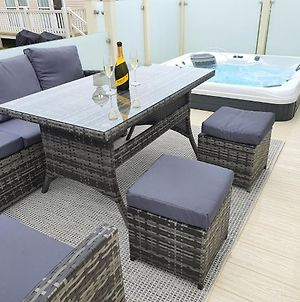 Premium Accommodation With Luxury Hot-Tub And Decking Area, Near Fantasy Island photos Exterior