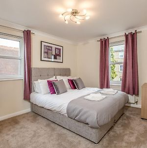 Ideal Chelmsford Serviced Primrose Apartment 2 Bed Perfect For Broomfield Hospital Chelmsford City Centre Shopping A12 photos Exterior