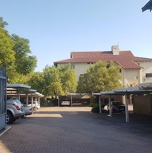 Quiet Executive Garden Apartment In Sandton Cbd photos Exterior