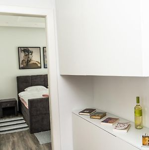 Modern Apartment In The Heart Of The City Center! photos Exterior