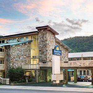 Days Inn & Suites By Wyndham Downtown Gatlinburg Parkway photos Exterior
